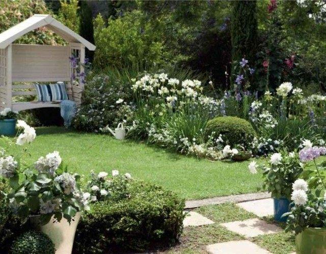 flores blancas pergola jardin pequeña