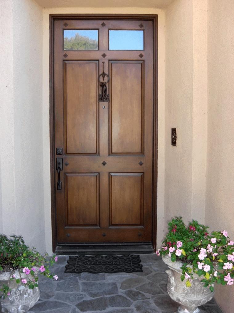 flores puerta marrona decoracion elegane