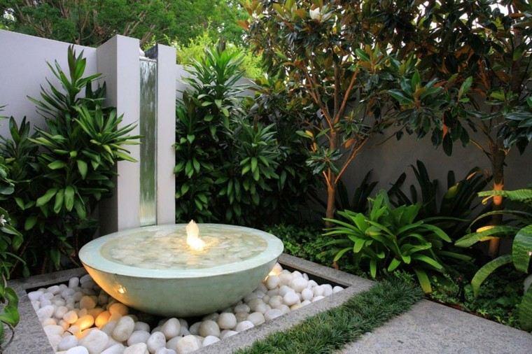 fuente rocas plantas muro agua iluminada