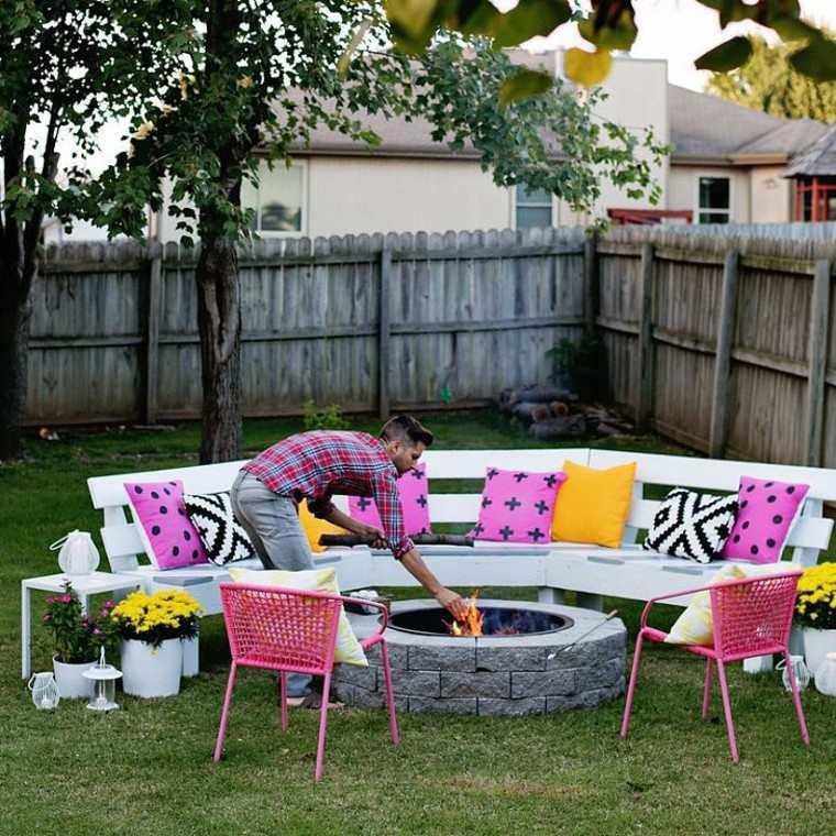 hoguera patio entretenimiento sillas colorido