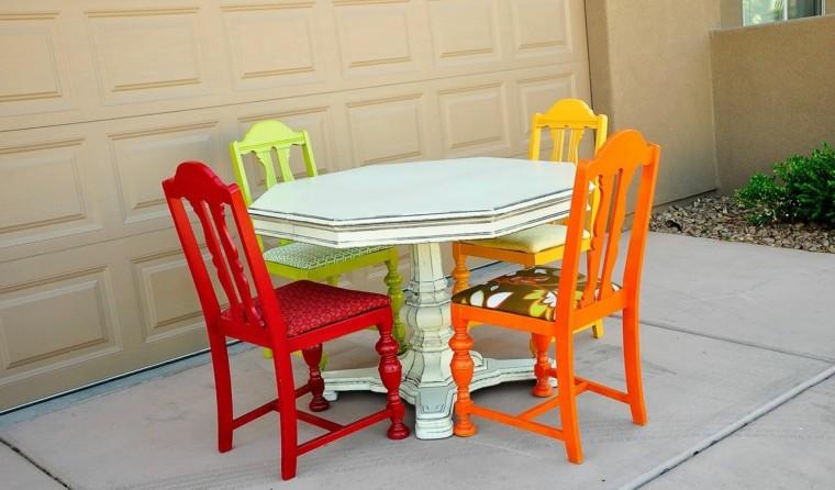 ideas sillas varios colores vibrantes comedor pequeno moderno