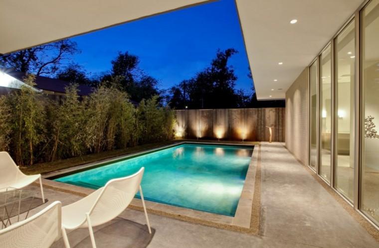 iluminacion exterior piscina sombrilla sillas