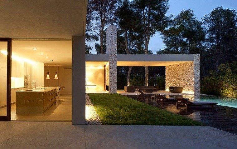 interior cocina vistas hacia piscina