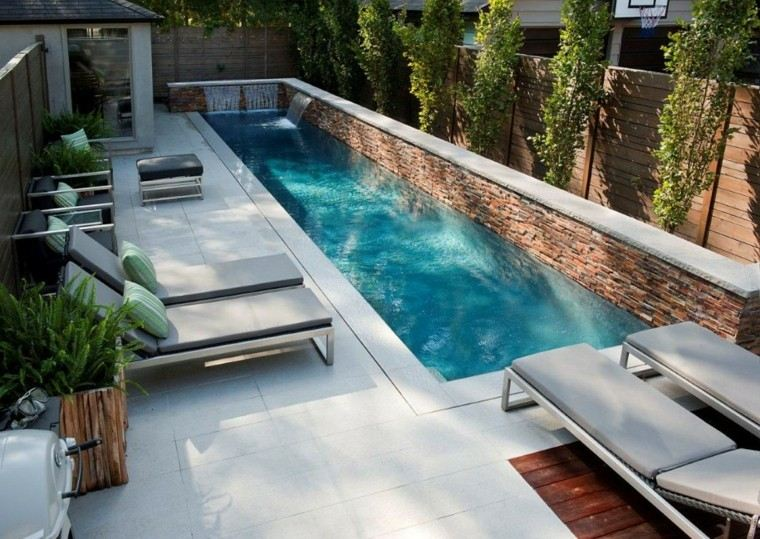 jardin alargado piscina tumbonas fuente