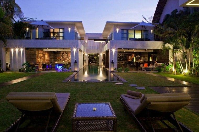 jardin amplio cesped tumbonas piscina ideas