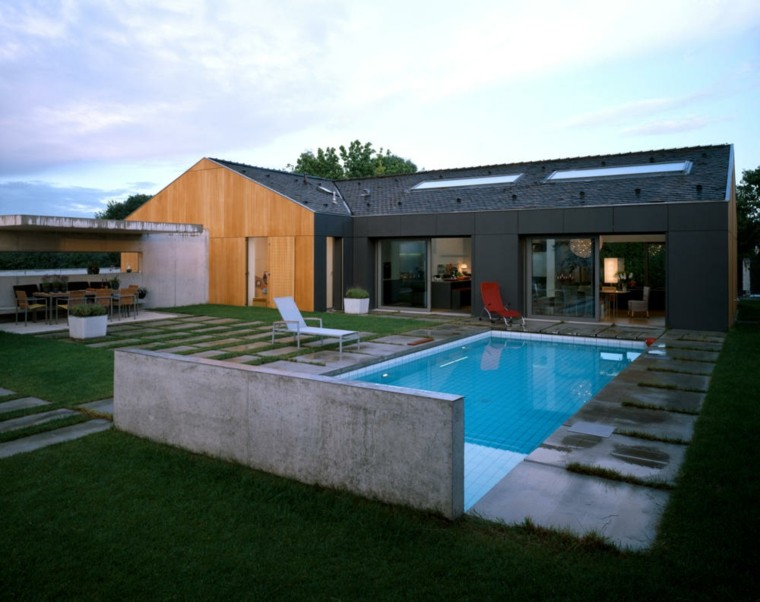 jardin amplio piscina lugar comidas tumbonas ideas