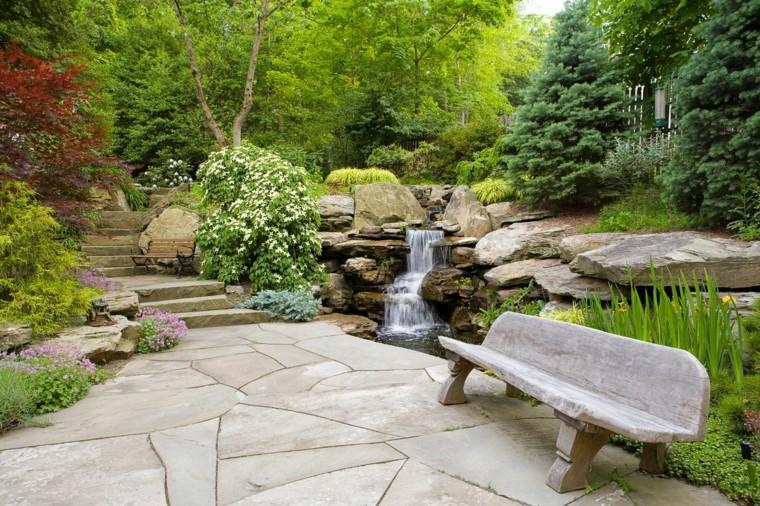 jardin caida agua banco madera suelo losas grandes ideas