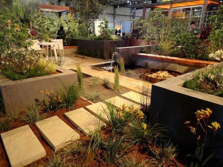 jardin colorido pequeño patio mantillo