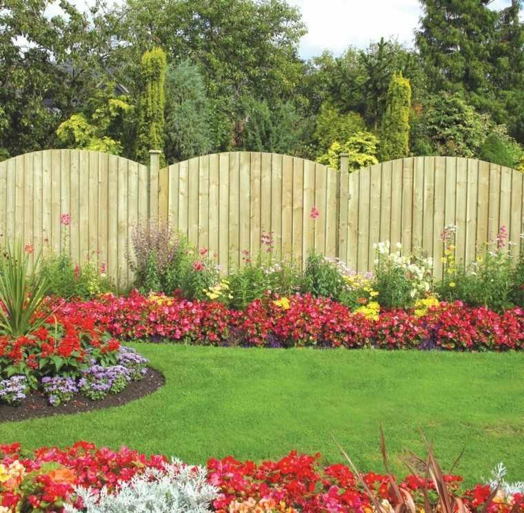jardin cuidado cesped flores rojas valla alta ideas