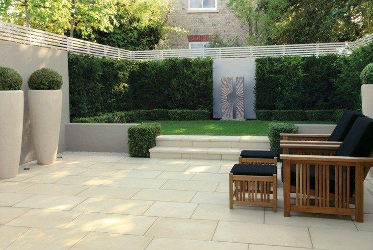 jardin dos niveles losas cesped muebles teca ideas