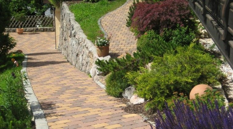 jardin en pendientes casa entrada rocas muro