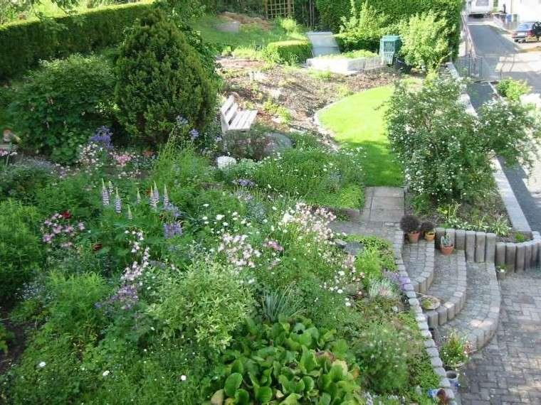 jardin en pendientes muro contencion flores