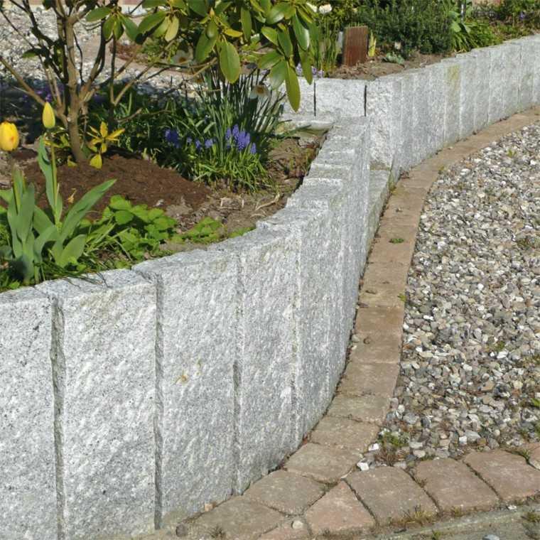 jardin en pendientes rocas flores muro