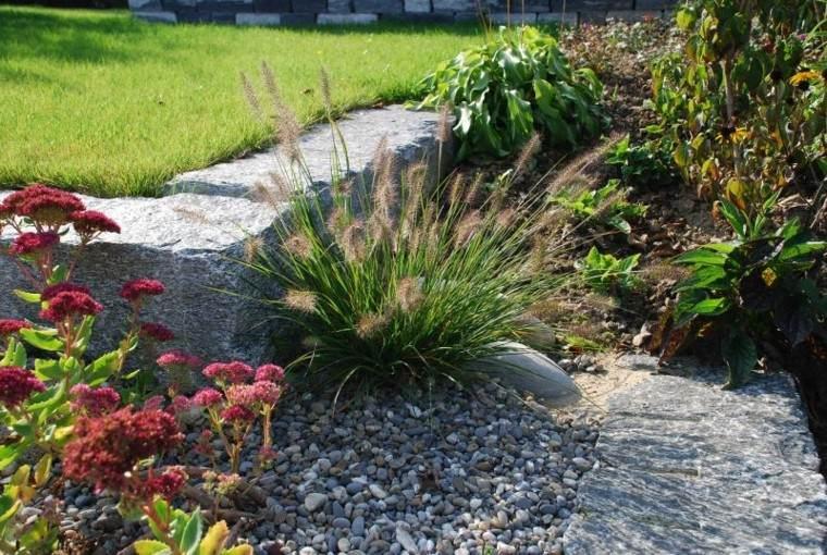 jardin en pendientes rocas plantas grava
