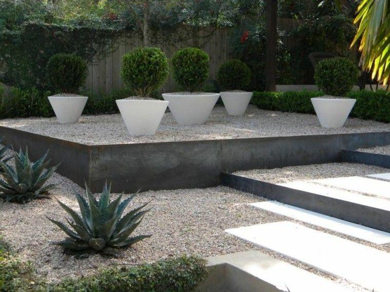 jardin guijarros dos niveles macetas blancas decorativas ideas