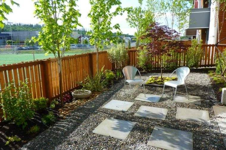 jardin guijarros losas grandes valla madera ideas