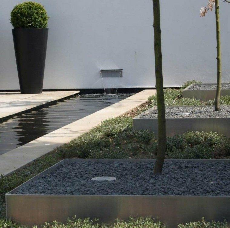 jardin guijarros maceta grande decorativa caida agua ideas
