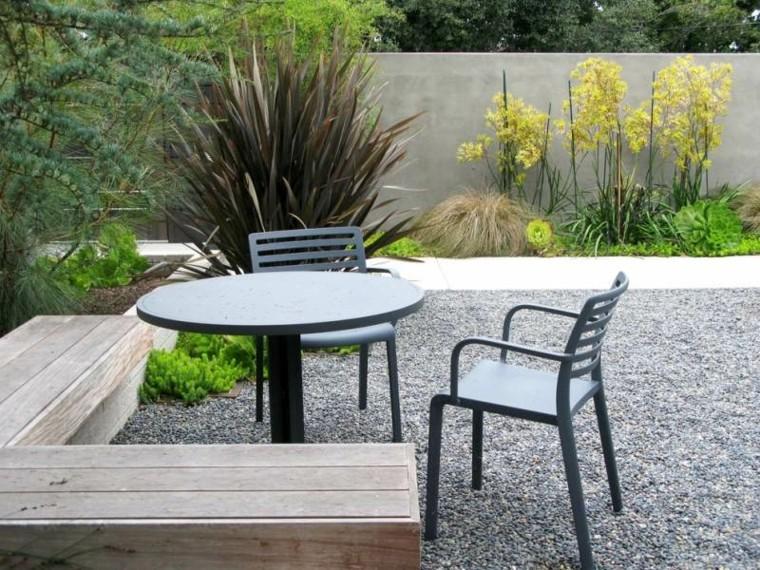 jardin guijarros sillas mesa negra banco madera ideas