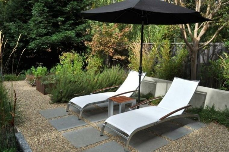 jardin guijarros tumbonas sombrilla losas ideas