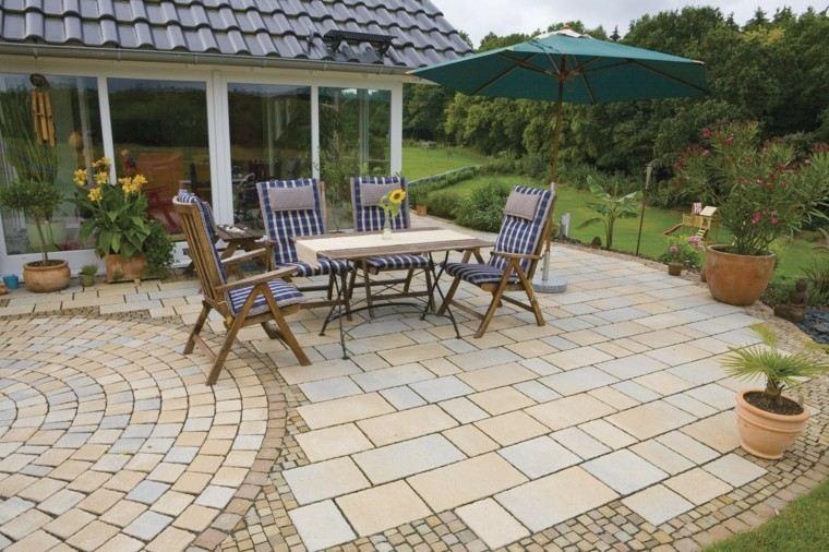 jardin pavimento mesa sillas madera sombrilla ideas