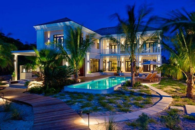 jardin piscina tropical palmeras camino losas madera ideas
