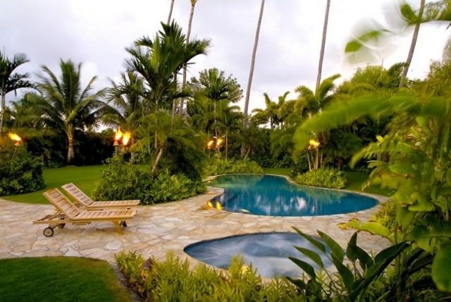 jardin piscina tumbonas madera atardecer
