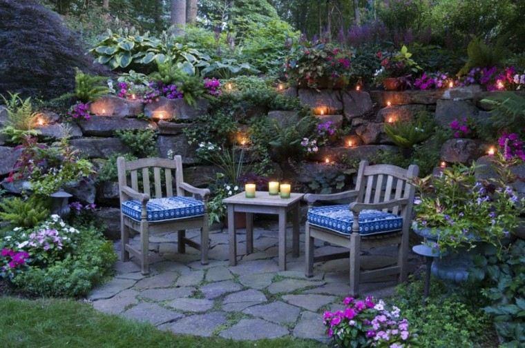 jardin precioso noche muro piedras grandes velas plantas ideas