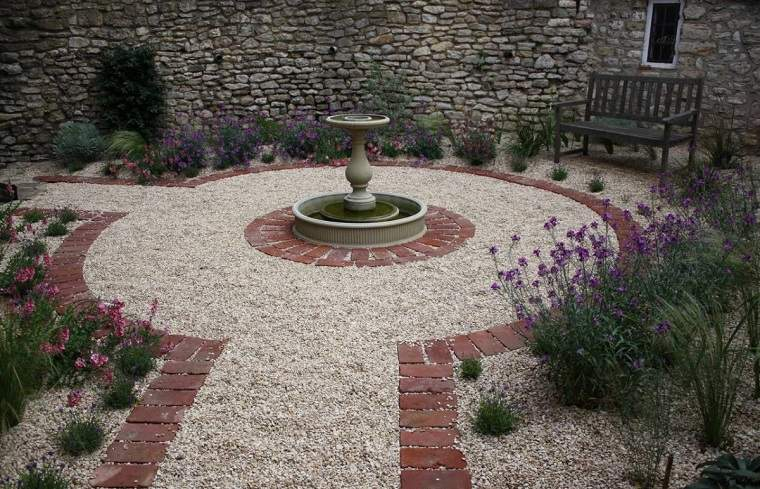 jardin-suelo-grava-diseno-fuente