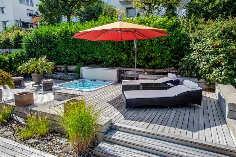 jardin suelo madera jacuzzi sombrilla tumbonas ideas