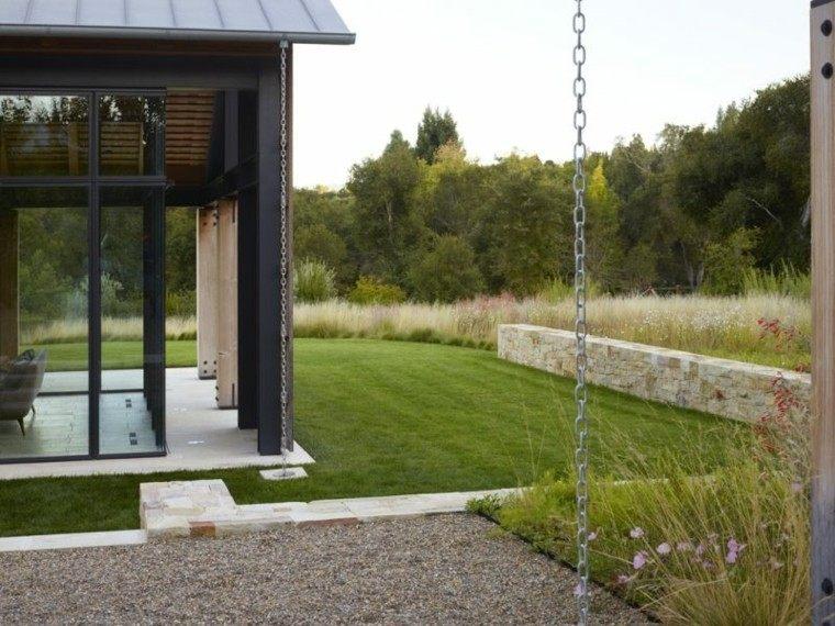 jardin trasero guijarros amplio cesped verde ideas