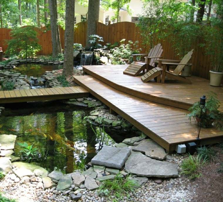 jardin tumbonas suelo madera estanque grande valla ideas