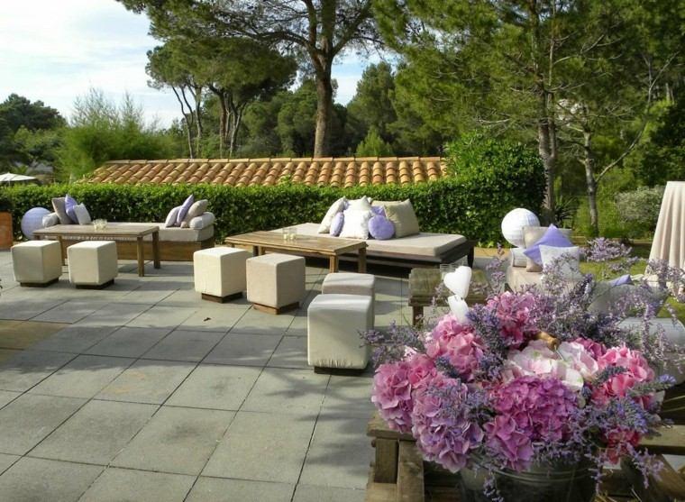 jardines y terrazas mesas madera taburetes cojines colores ideas