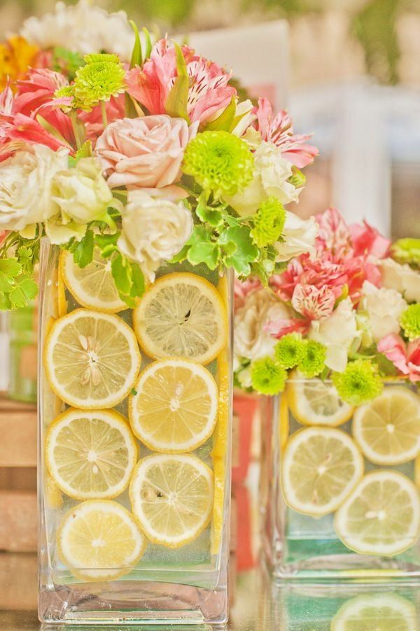 jarron cristal lleno limones flores