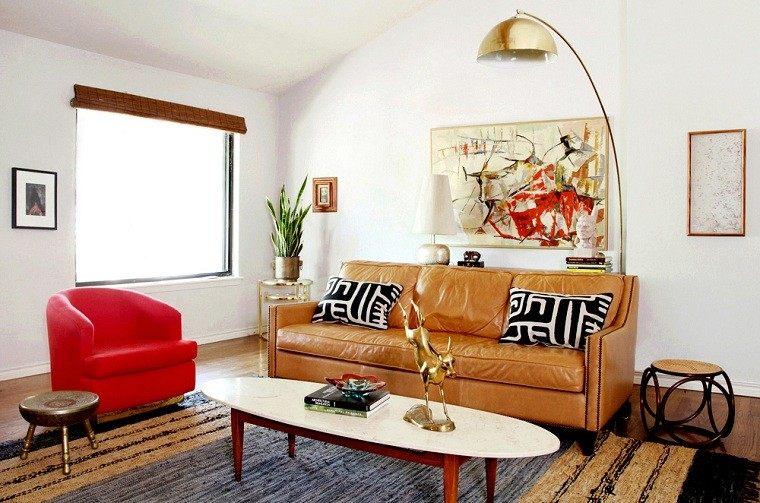 lampara dorada sofa rojo sillon