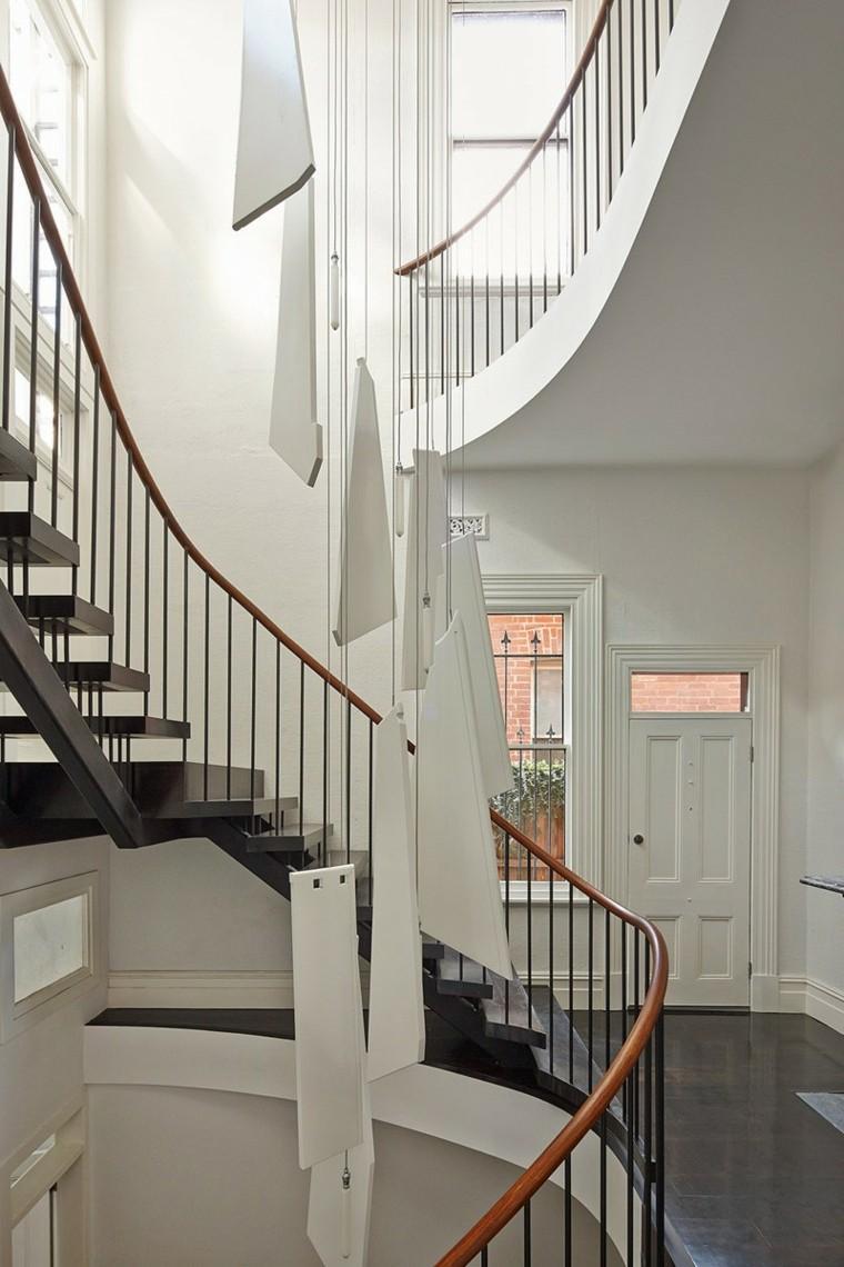 lamparas diseno blancas cuelgan techo alto escaleras ideas