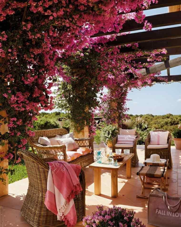 las terrazas flores mimbre mobiliario tono rosa