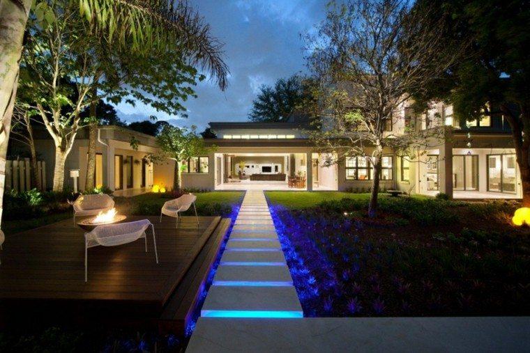 luces led sendero azul jardin moderno