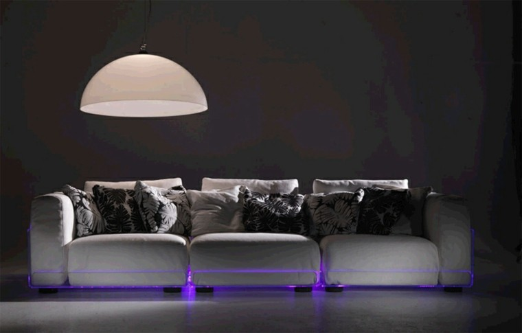 luces violetas sofa blanco