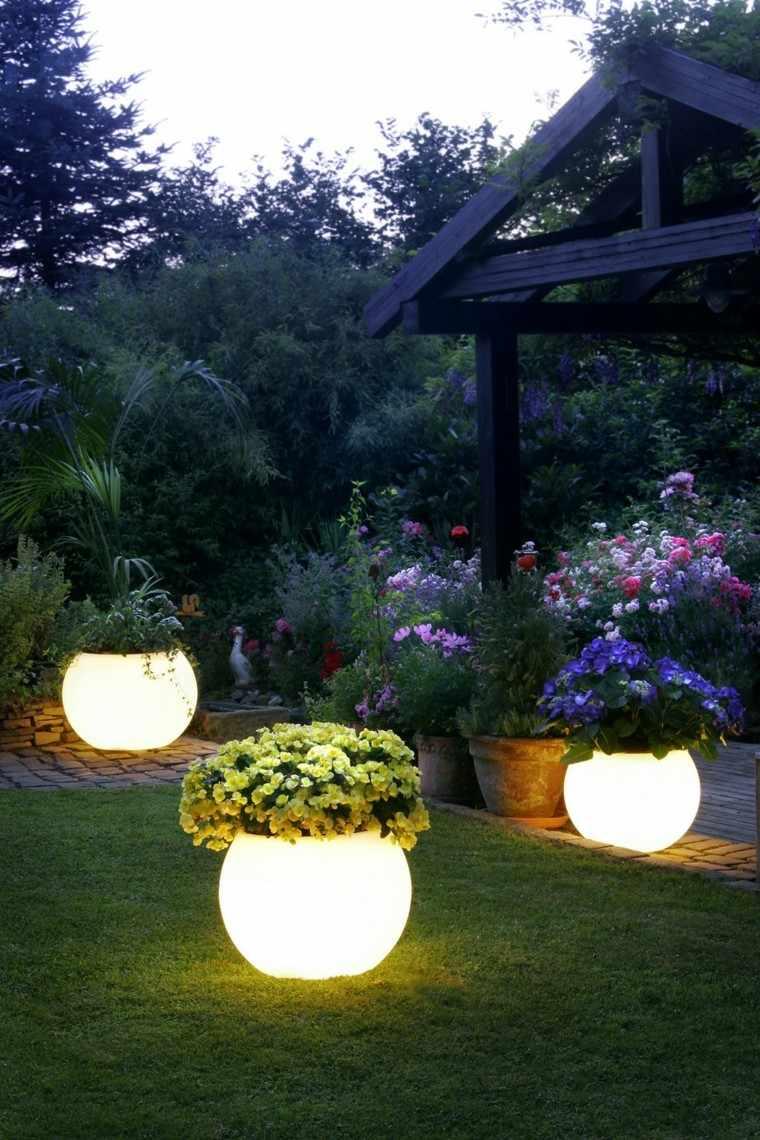 maceteros luminicos grandes patio flores