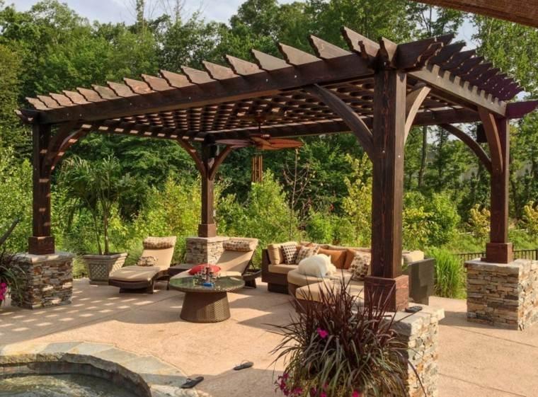 madera oscura pergola jardin sillones