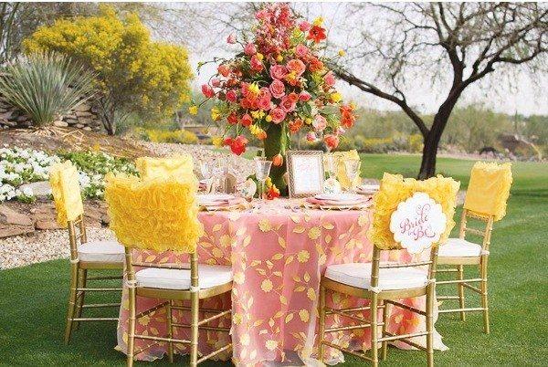 mesa bonita flores sillas amarillas