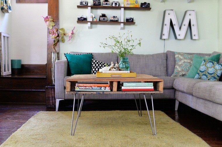mesa madera salon metal flores alfombra