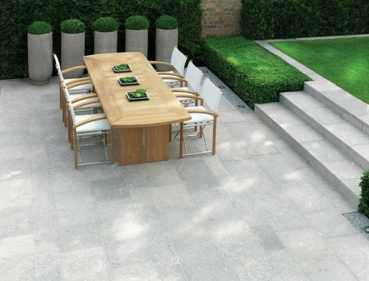 mesa madera sllas blancas jardin ideas