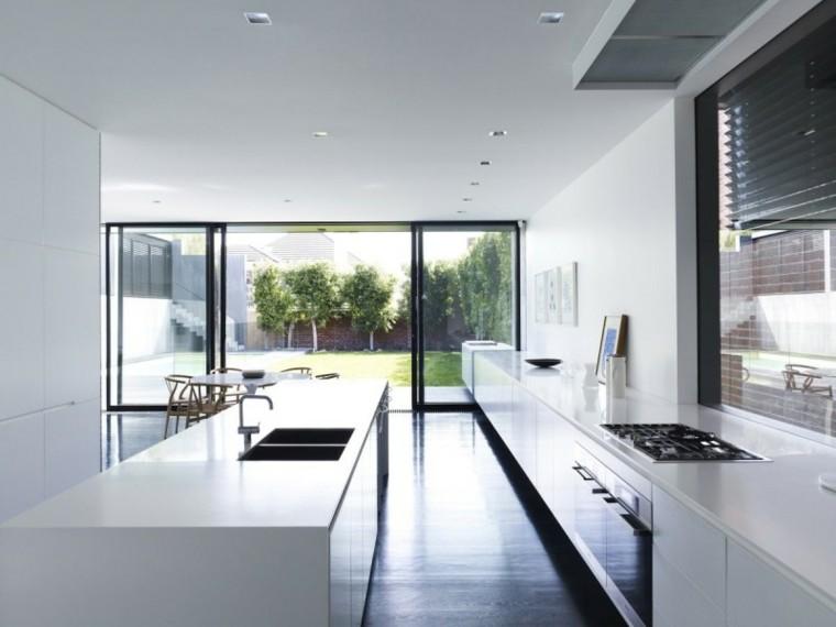 moderna cocina blanco alargada luz natural