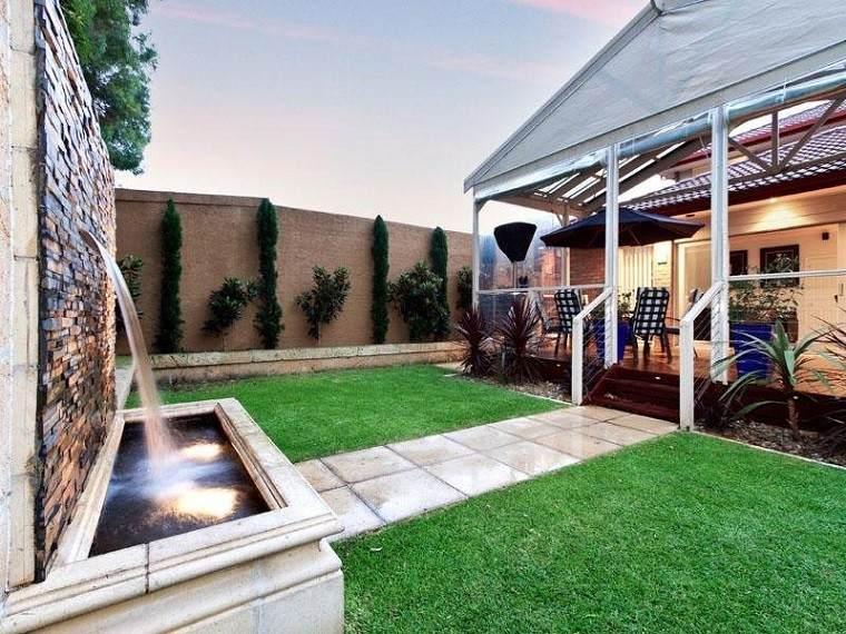moderno jardin pared cascada casa cesped