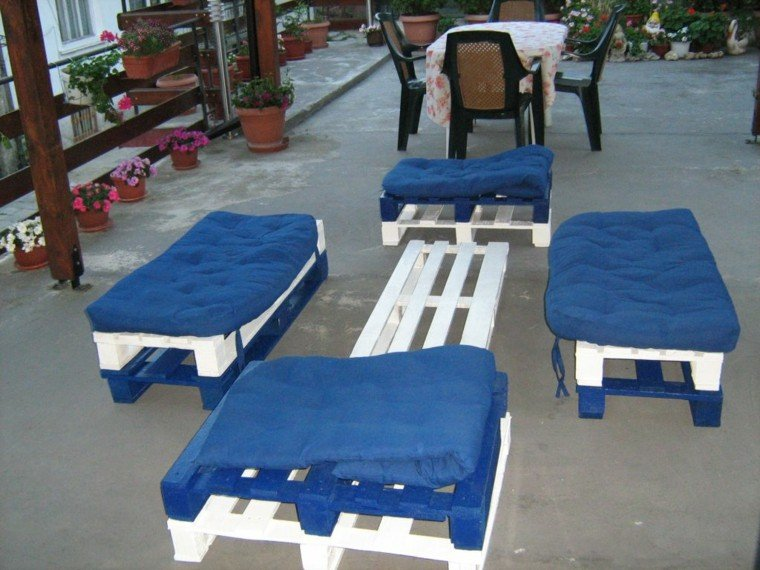 muebles hechos con palets cojines azules flores