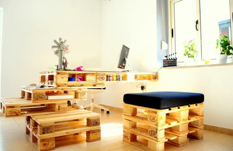 muebles hechos con palets cojines oficina iluminacion