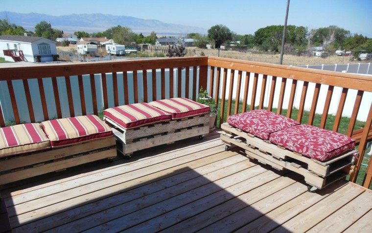 muebles hechos con palets rayados cojines balcon
