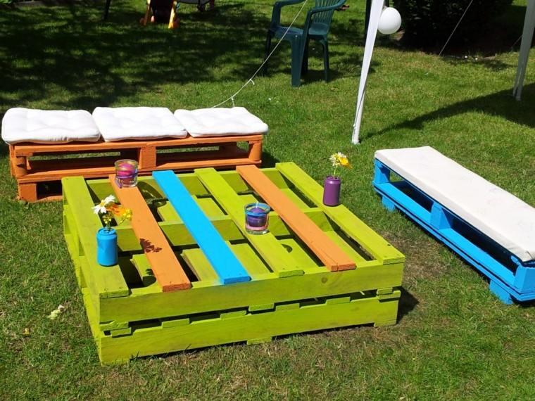 Decoraci n con palets de colores vibrantes en el jard n for Cosas recicladas con tarimas