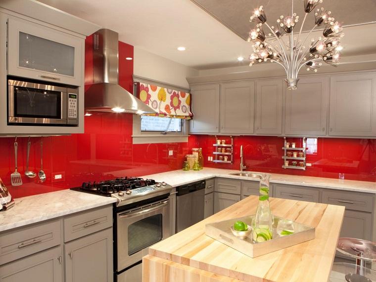 Cocina con muebles de madera blanca y isla de color gris